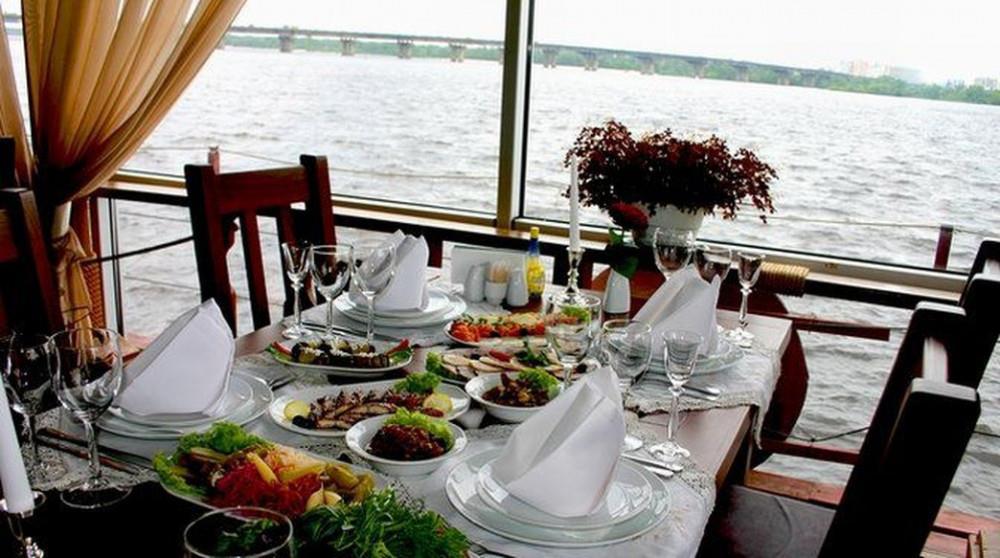 Замок Выдубичи - необычный ресторан на воде в центре Киева